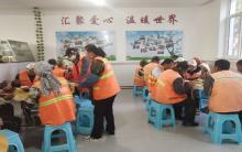 赤峰创辉房产公司为环卫工人提供烧饼(三)